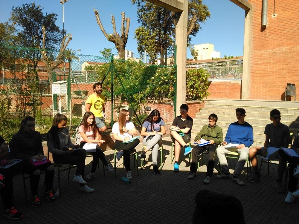 Sessió de tutoria de 3r d'ESO al pati de l'Institut